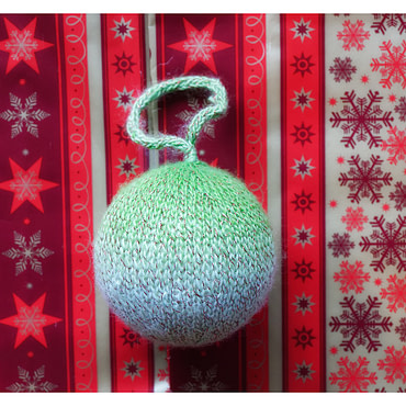Boule de noël 8cm tricoter Blanc et vert pailleté (fait main)